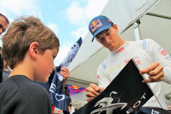 RALLYCROSS-lohéac-2014-Timmy-Hansen-signant-in-autographe-a-jeune-fan-Photo-Emmanuel-Leroux.