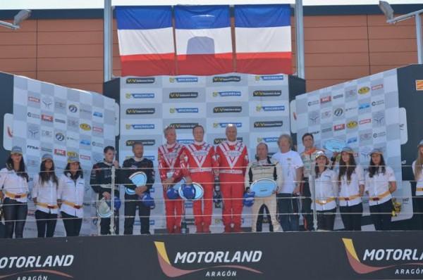 VdeV-2014-MOTORLAND-Le-PODIUM-GT-avec-les-pilotes-FERRARI-VISIOM-victorieux-Photo-Antoine-CAMBLOR