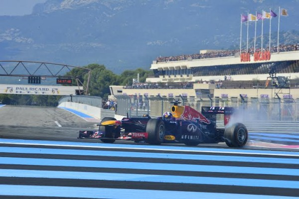 WSR-2014-PAUL-RICARD-DAVID-COULTHARD-effectue-un-donuts-au-volant-de-la-F1-RED-BULL-RENAULT-Photo-Max-MALKA