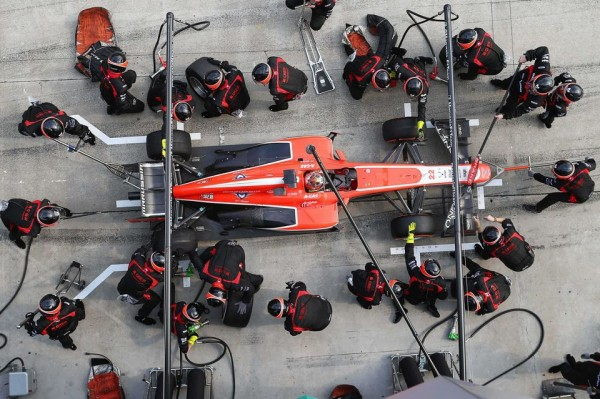 F1-2013-ARRET-RAVITAILLEMENT-Stand-MARUSSIA