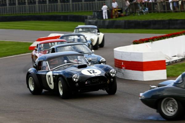 GOODWOOD-REVIVAL-2014-Nicolas-Minassian-et-Ludovic-Caron-Shelby-Cobra-4727cc-de-1963-en-bagarre-dans-un-peloton-combatif-Ca-c-est-l-Angleterre-ils-finiront-dans-le-gazon