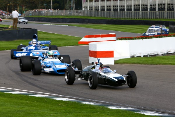 GOODWOOD REVIVAL 2014 - Sir Jackie Stewart au volant de la première monoplace de sa carrière, une Cooper-BMC T7 de 1964, ouvre le bal de la parade. Suivent notamment Matra et sa Tyrrell