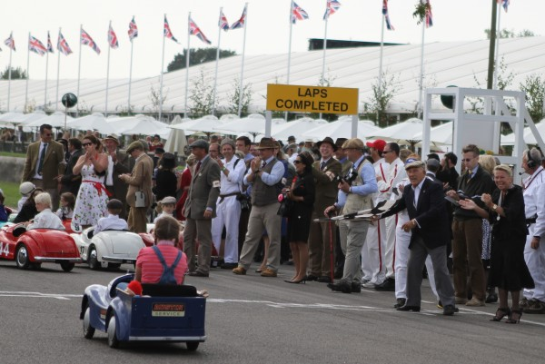 GOODWOOD REVIVAL 2014 - Sir Stirling Moss au drapeau à damiers