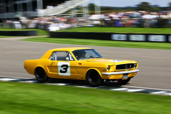 GOODWOOD-REViVAL-2014-Jackie-Oliver-et-Peter-Hallford-Ford-Mustang-4727cc-de-1965