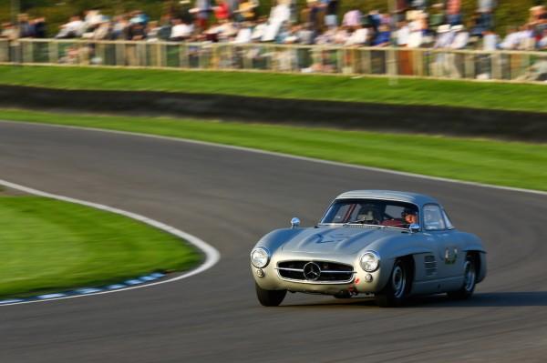 GOODWOOD-REViVAL-2014-Jochen-Mass-la-classe-argent-aisée-sur-fond-de-gazon-anglais-Mercedes-Benz-300SL-Gullwing-de-1955