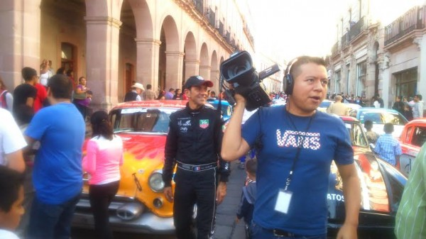 PANAMERICAINE-2014-Erik-Comas-souriant-à-l-arrivée-et-toujours-aussi-sollicité.