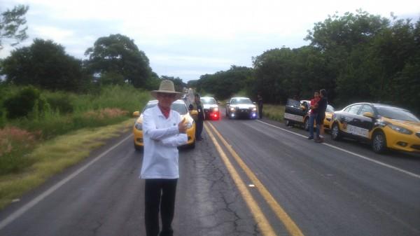 PANAMERICAINE 2014 - Lalo Leon, l'organisateur supervise la manœuvre à la première arrivée de spéciale de la Carrera Panamericana 2014