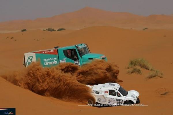 RALLYE-OILYBIA-DU-MAROC-2014-Dépassement-dangereux-dans-les-dunes.