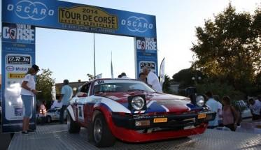 TOUR-DE-CORSE-HISTORIQUE-2014-Su-le-podium-depart-pour-la-TRIUMPH-Team-FYL-de-Francois-LETHIER-et-Patrick-MANOURY-HAASE-PHOTO