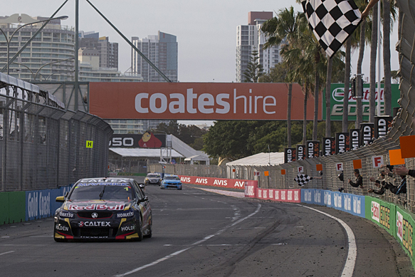 V8-SUPERCAR-2014-GOLD-COASQT-SUCCES-DE-LA-HOLDEN-RED-BULL-TRIPLE-EIGHT-DE-WHINCUP-DUMBRELL-dans-la-seconde-course