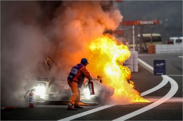 WEC 2014 - FUJI - La LOTUS en feu- Fort heureusement Christophe BOUCHUT peut vite sortir de la voiture