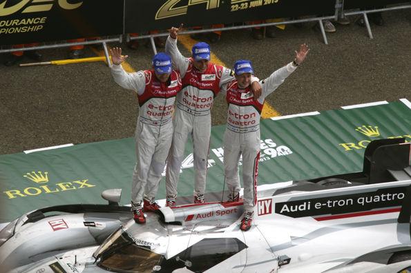 24-HEURES-DU-MANS-2013-le-trio-vainqueur-sur-le-toit-AUDI-N°2-victorieuse-Photo-Patrick-MARTINOLI