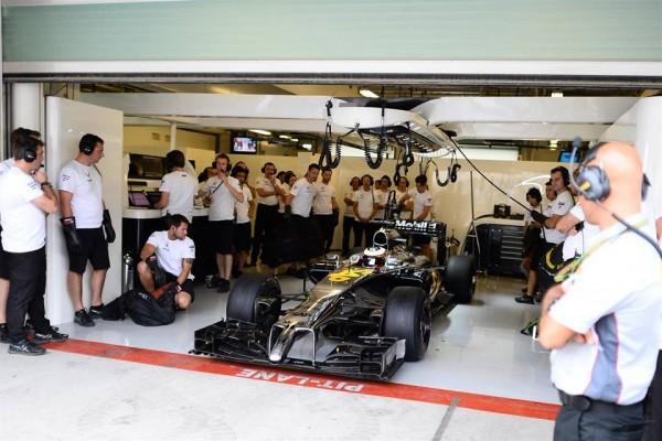 F1-2014-ABIOU-DHABI-Premiers-tours-de-roue-de-la-nouvelle-McLaren-Honda-en-essai-en-GP