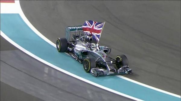 F1-2014-ABOU-DHABI-LE-TOUR-D-HONNEUR-de-Lewis-HALILRON-qui-a-récuopéré-péré-le-drapeau-de-l-UNION-JACK.