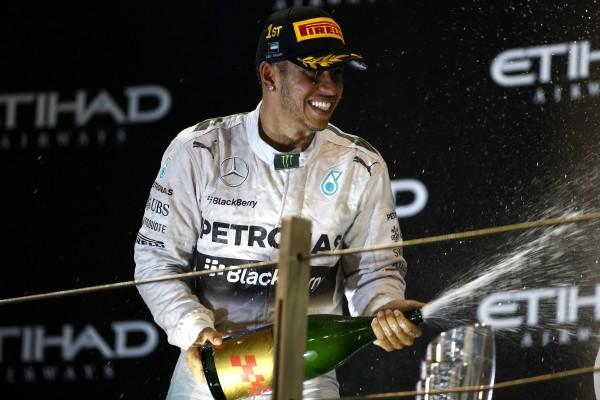 F1 2014 ABOU DHABI  LEWIS HAMILTON fete sur le podium sa victoire dans le GP ert aussi son titre -le second - de CHAMPION DU MONDE de F1 le dimanche 23 novembre