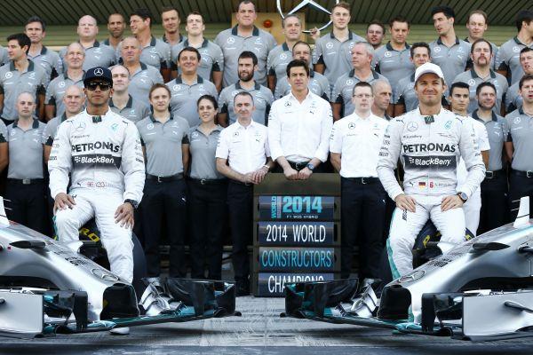F1-2014-ABOU-DHABI-MERCEDES-fete-ses-deux-titres-de-CHAMPION-du-MONDE-Pilote-avec-HAMILTON-et-Team.