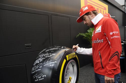 F1 2014 Pneu PIRELLI - Fernando ALONSO dedicace le pneu pour la vente aux enchéres