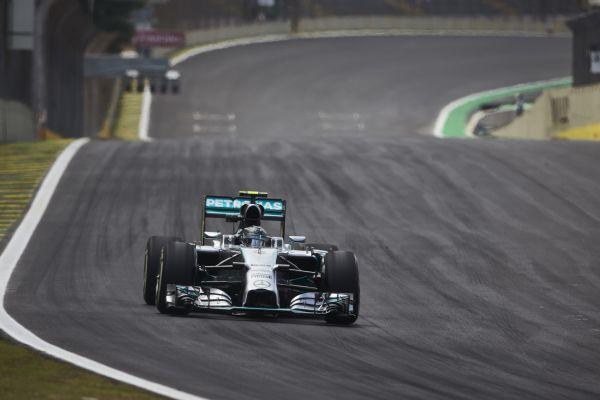F1-2014-SAO-PAULO-MERCEDES-de-Nico-ROSBERG-dans-la-ligne-droite-des-stands.