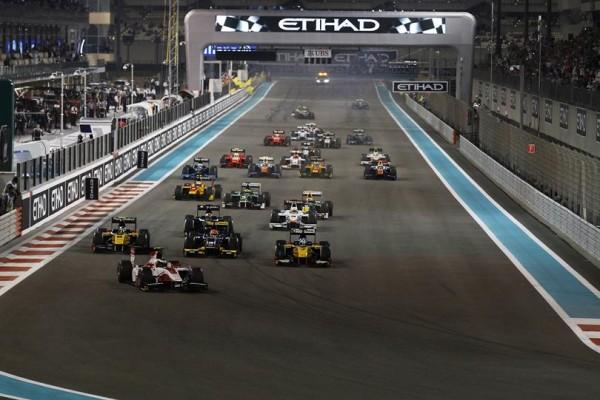 GP2-2014-ABOU-DHABI-Le-départ-de-la-1ére-course-avec-le-poleman-Stoffel-VANDOORNE-qui-méne-la-course.