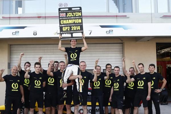 GP2-2014-YAS-MARINA-Jolyon-PALMER-FETE-SON-TITRE-avec-Equipe-DAMS