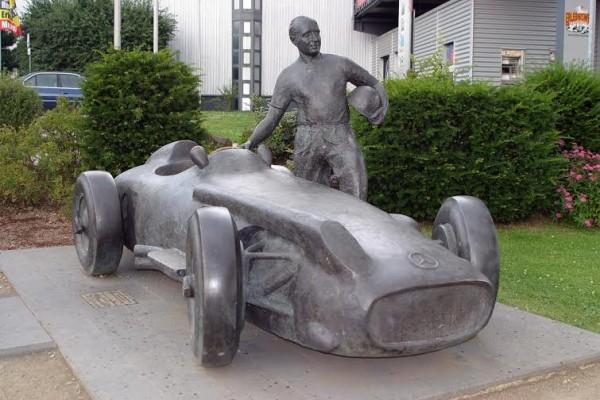 NURBURGRING-2014-la-statue-de-Juan-Manuel-FANGIO-en-souvernir-de-son-Exploit-du-4-aout-1957-Photo-Manfred-GIET.