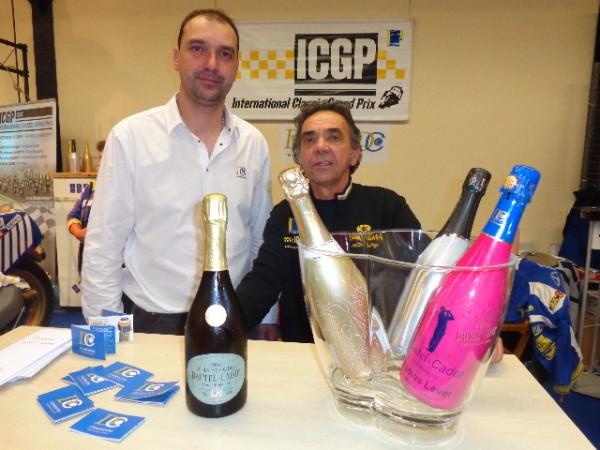 SALON-MOTO-LEGENDE-2014-Eric-SAUL-organisateur-du-Championnat-de-vitesse-Historique-ICGP-avec-Olivier-BARJON-de-la-maison-de-Champagne-DAUTEL-CADOT