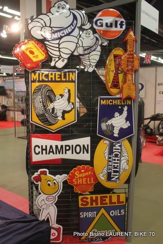 SALON-MOTO-LEGENDE-2014-Trés-a-la-mode-les-plaques-publicitaires-d-antan.