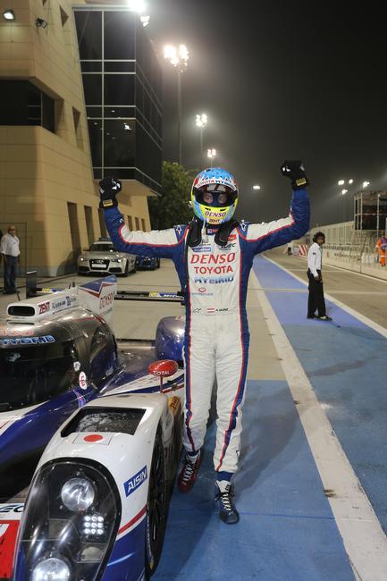 WEC-2014-BAHREIN-LA-JOIE-d-Alex-WURZ-a-son-arrivée-victorieuse.