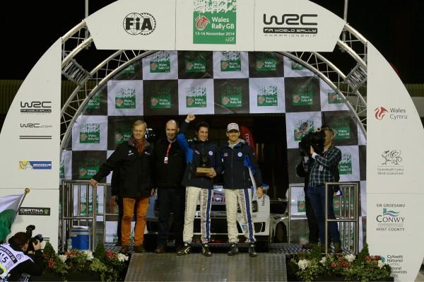 WRC 2014 GB- VW- OGIER INGRASSIA sur le podium de depart avec Ari VATANEN.