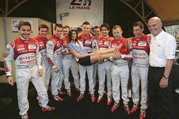 24-HEURES-DU-MANS-2014-LE-TEAM-AUDI-au-grand-complet-avec-le-Dr-Wolfgang-ULLRIX-et-Miss-24-Heures