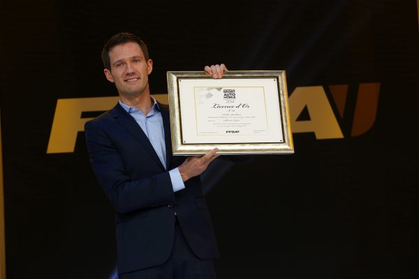 FFSA-2014-Remise-des-Prix-FOLIES-BERGERE-Seb-OGIER-recoit-en-plus-la-LICENCE-en-OR-de-la-FFSA