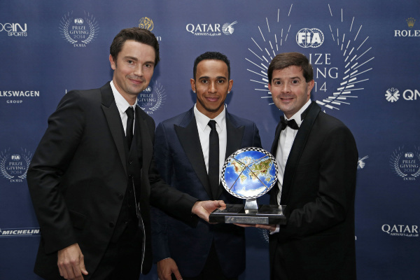 FIA-2014-Remise-des-Prix-Thomas-Senecal-Rédacteur-en-chef-F1-de-CANAL-et-Pierre-Lelong-Directeur-des-Acquisitions-avec-Le-CHAMPION-du-monde-Lewis-HAMILTON