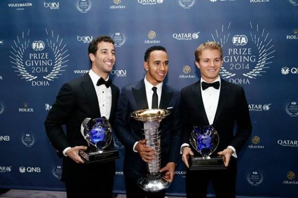 FIA-2014-Remise-des-Prix-a-DOHA-au-QATAR-le-vendredi-5-decembre-Lewis-HAMILTON-CHAMPION-du-Monde-de-F1-avec-ses-dauphins-Nico-ROSBERG-et-Daniel-RICCIARDO