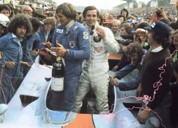 JACKY-ICKX-avec-DEREK-BELL-victoire-aux-24-Heures-1975-avec-la-GULF-MIRAGE-FORD-COSWORTH