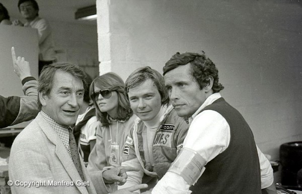 JACKY-ICKX-avec-Didier-PIRONI-et-Franco-LINI-et-CATHERINE-BLATON-sa-première-épouse-©-Manfred-GIET