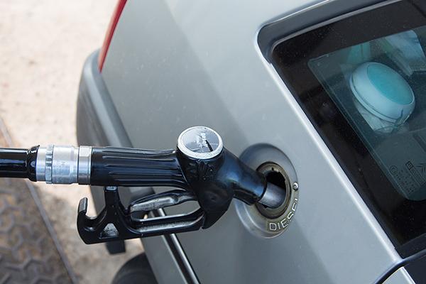 STATION-SERVICE-REMPLISSAGE-vehicule-diesel-