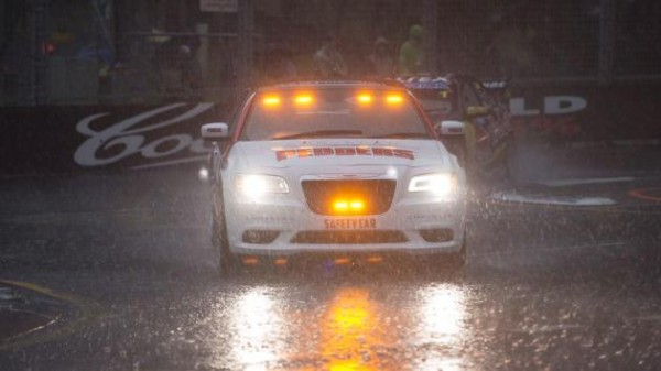 V8-SUPERCAR-20914-SYDNEY-Le-safety-car-en-piste-a-mi-course-de-la-seconde-manche