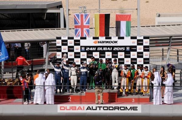 24-HEURES-DE-DUBAI-2015-LE-PODIUM-avec-les-pilotes-victorireux-du-Team-BLACK-FALCON