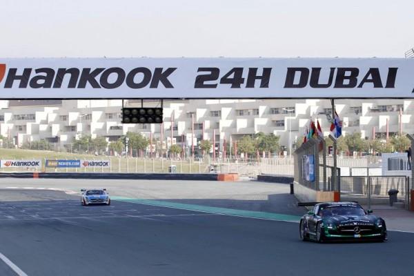 24-HEURES-DUBAI-2015-La-MERCEDES-BLACK-FALCON-de-WEBB.