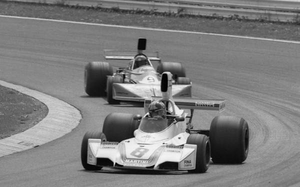 Carlos PACE-Brabham BT44 B ici devant Brambilla en 1975-© Manfred GIET.