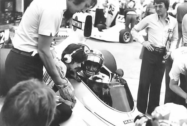 Carlos PACE chez Brabham avec comme Patron Bernie ECCLESTONE et Gordon Murray commeingénieur-© Manfred GIET