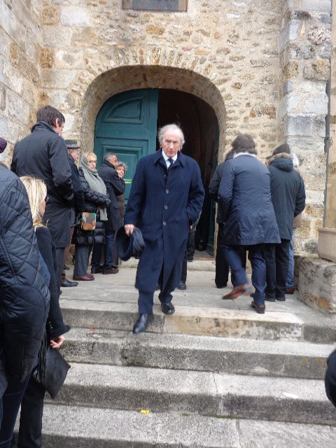 Sir JACKIE STEWART quittant l'église de St Vrain - Photo Thierry COULIBALY