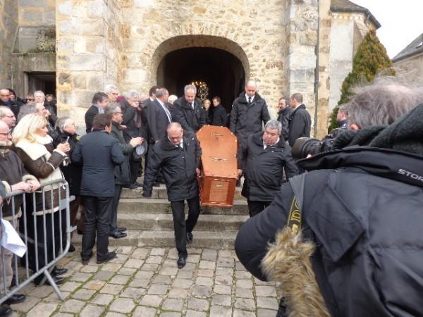 Le cercueil quitte l'église de Saint Vrain - photo autonewsinfo