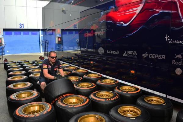 F1-2015-CIRCUIT-DE-JEREZ-DE-LA-FRONTERA-Preparation-des-jantes-et-pneumatiques-de-la-SCUDERIA-TORO-ROSSO-Photo-MAX-MALKA