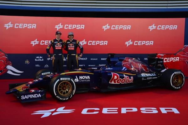 F1-2015-JEREZ-de-la-FRONTERA-Samedi-31-janvier-PRESENTATION-TORO-ROSSO-Les-deux-pilotes-Max-VERSTAPPEN-et-Carlos-SAINZ-Junior-Photo-Max-MALKA.