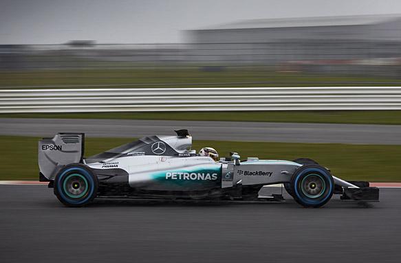 F1-2015-La-MERCEDES-en-piste-a-SILVERSTONE-29-janvier.