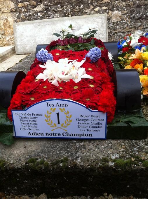 Sa monoplace la BRM  victorieuse du GP de MONACO en 1972 et reconstituée en fleurs  photo autonewsinfo