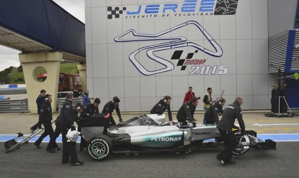 F1-2015-JEREZ-Mardi-2-Fevrier-La-MERCEDES-de-LEWIS-HAMILTON-en-panne-centree-des-stands-Photo-Max-MALKA.