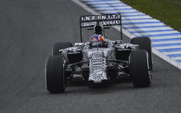F1-2015-JEREZ-Mardi-2-Fevrier-La-RED-BULL-RENAULT-de-Daniil-KVYAT-SANS-AILERON-AVANT-Photo-Max-MALKA.