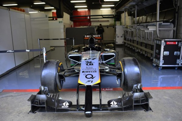 F1-2015-MONTMELO-Jeudi-26-fevrier-La-FORCE-INDIA-VJM08-2015-dans-son-box-ce-jeudi-Photo-Max-MALKA